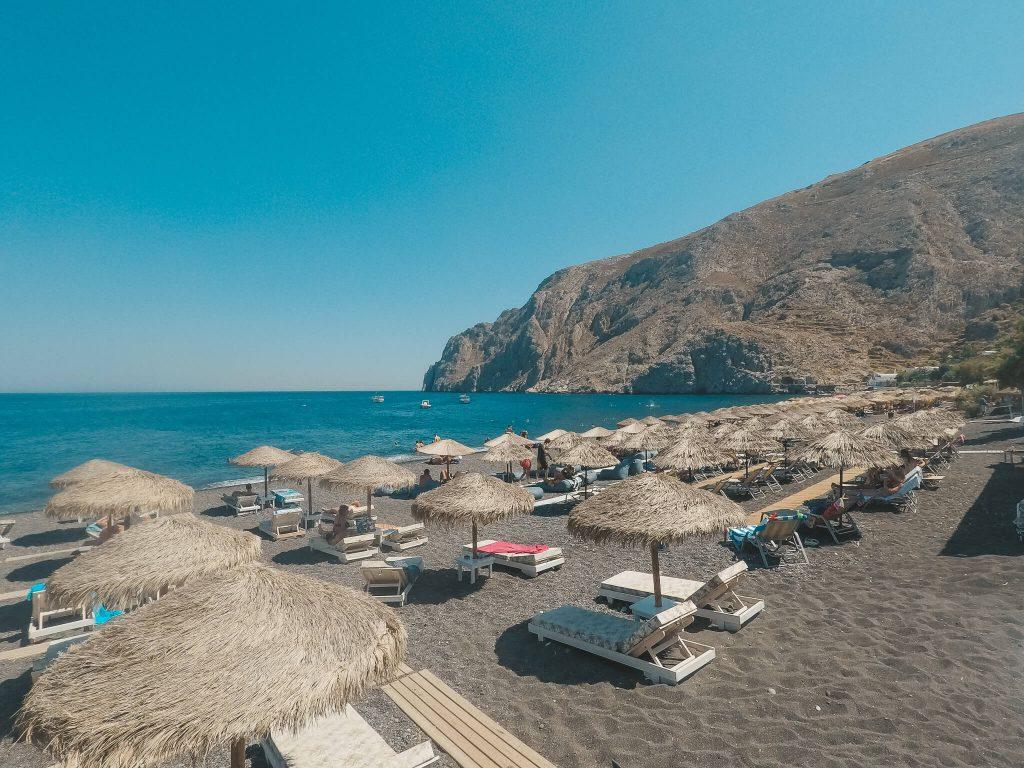 Kamari-Beach-Santorin-Reiseblog-VonPalmenundBergen
